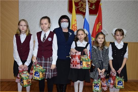Глава администрации Алатырского района поздравила обучающихся с наступающим Новым годом и вручила сладкие подарки от Главы Чувашии