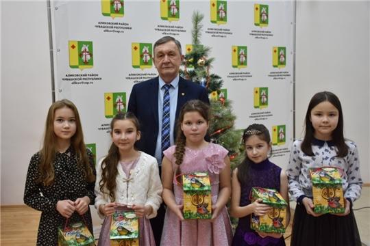 Олег Николаев поздравил с Новым годом ребят – призеров и победителей различных конкурсов