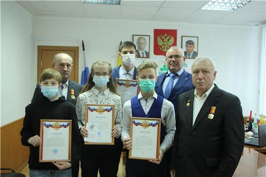 Учащимся образовательных учреждений Чебоксарского района вручены премии главы администрации