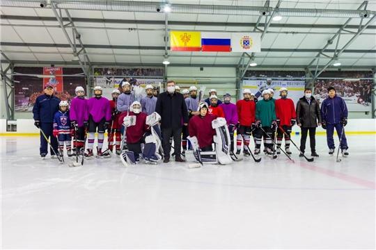 Глава города Чебоксары подарил юным хоккеистам клюшки