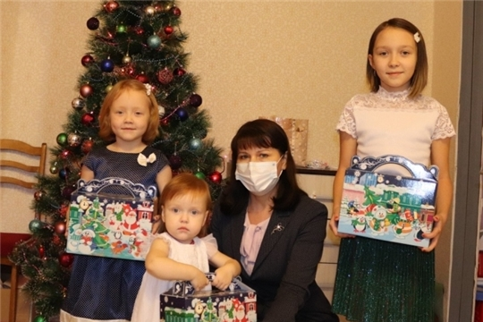 Уполномоченный по правам ребенка поздравила с Новым Годом многодетную семью в городе Новочебоксарске