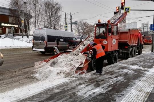 114 единиц дорожной техники убирают снег на улицах Чебоксар