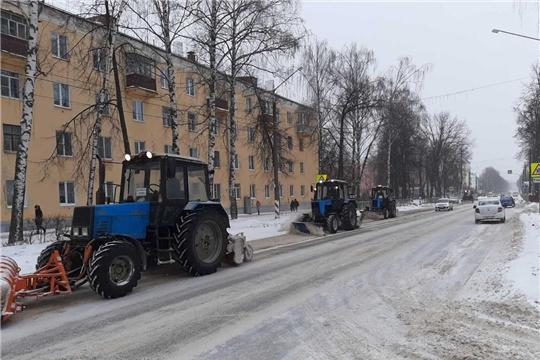 В г. Канаш ведутся работы по очистке автомобильных дорог, тротуаров и остановочных площадок от снежных масс и обработке антигололедными материалами