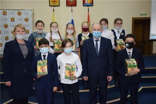 В Красночетайском районе поздравили обучающихся с наступающим Новым годом и вручили сладкие подарки от Главы Чувашии.