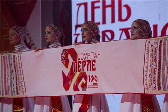 В районах и городах республики проходит праздничная демонстрация «Сурпан Пӗрле»