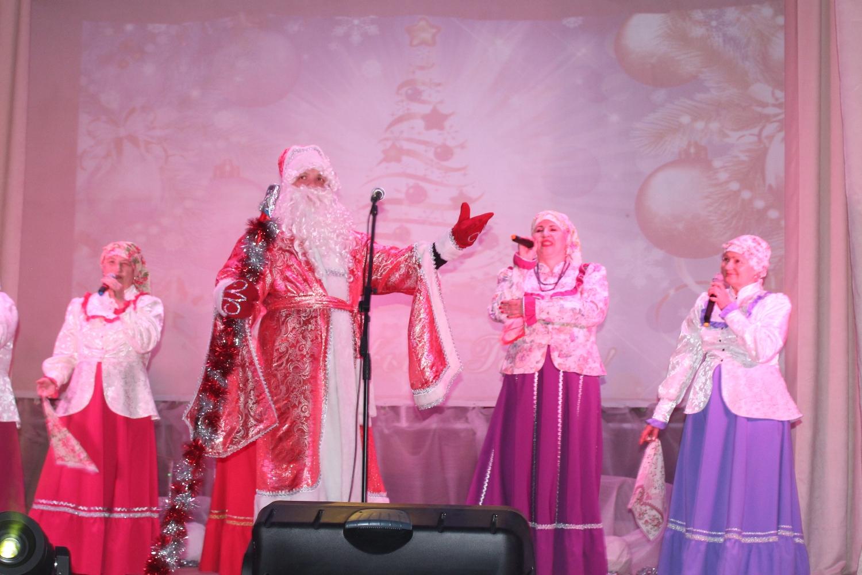 Новогодний концерт подарили поречанам работники культуры района