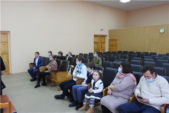 Глава администрации Владимир Денисов вручил ключи от новых благоустроенных квартир 2 детям-сиротам