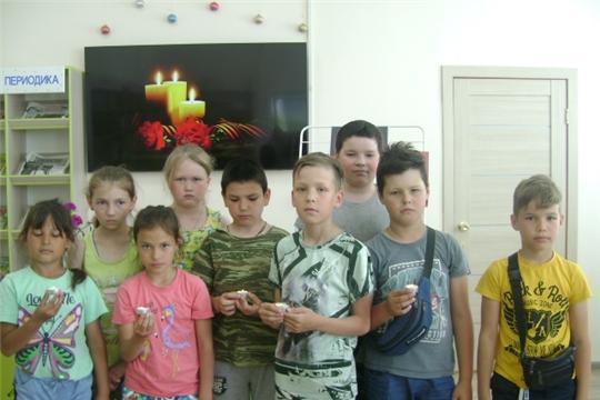 В Аликовской детской библиотеке с учащимися из пришкольного лагеря «Солнышко», прошел патриотический час ко Дню памяти и скорби «Шёл солдат во имя жизни»