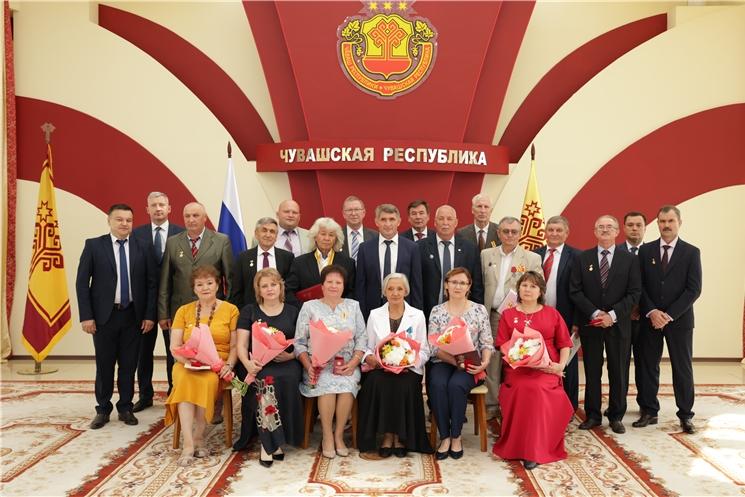 Чӑваш Республикин Пуҫлӑхӗ Олег Николаев патшалӑх наградисемпе чысланă