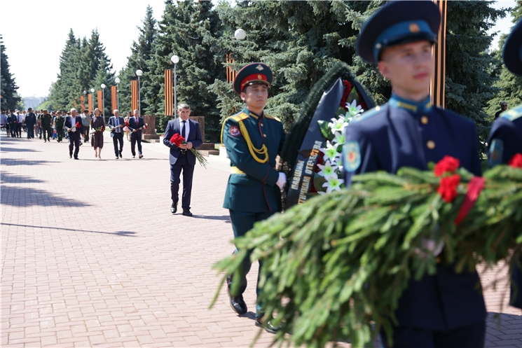 В День памяти и скорби Глава Чувашии Олег Николаев возложил цветы к Вечному огню