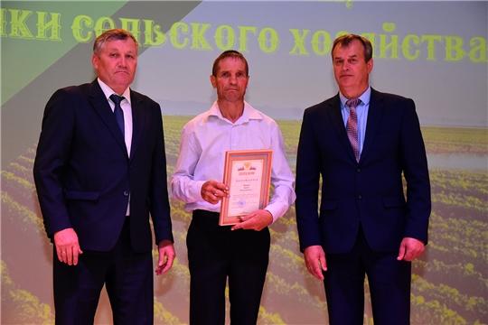 В Ибресинском районе прошло торжественное мероприятие, посвященное окончанию весенне-полевых работ 2021 года, подведению итогов работы за 2020 год, чествованию передовиков сельскохозяйственного производства.