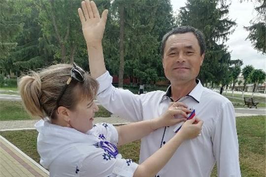 Акция «Ленточка-триколор» по распространению ленточек в цветах флага России в день праздника - Акатуй.