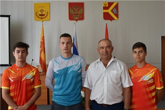 Глава администрации района Александр Кузнецов подарил футбольной команде «Факел» новую спортивную форму