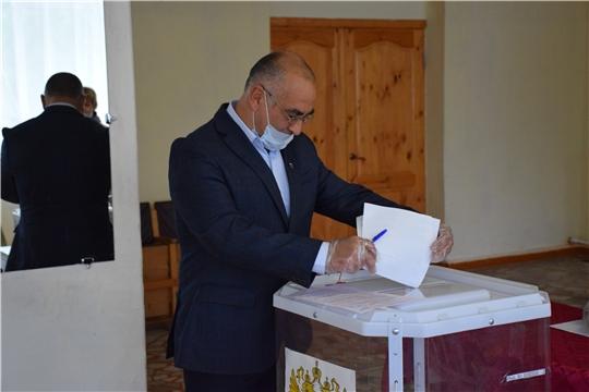 Глава Красночетайского района и Глава администрации проголосовали на избирательных участках по выборам в Госдуму-2021