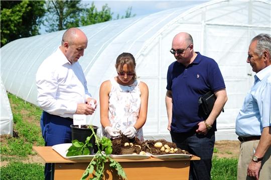 Сергей Артамонов ознакомился с работой лаборатории первичного семеноводства Чувашского государственного аграрного университета