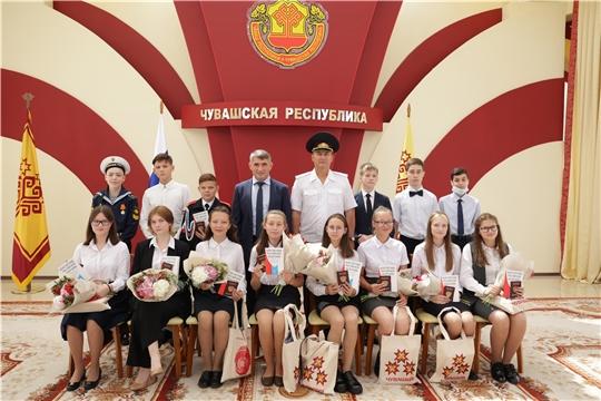 Глава Чувашии вручил паспорта и экземпляры Конституции 14-ти школьникам