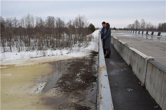 Проведено чернение льда в районе автомобильного моста через реку Бездна