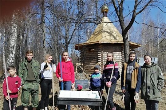 Волонтеры культуры провели субботник на территории, прилегающей к поклонному кресту