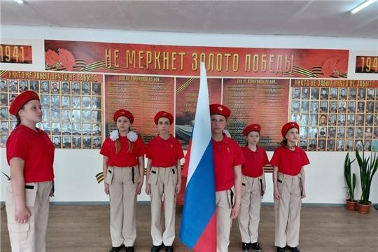 В Ахматовской школе состоялось открытие стенда, посвященного ветеранам Великой Отечественной войны «Не меркнет золото Победы»