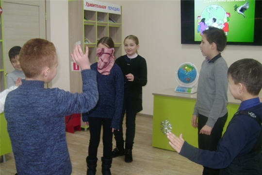 В Аликовской детской библиотеке мальчишки и девчонки под руководством библиотекарей совершили своеобразное виртуально-игровое путешествие под названием «Дружат дети на планете».