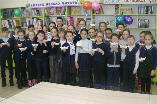В Аликовской детской библиотекеучащиеся 4 «в» класса Аликовской СОШ приняли участие в литературном празднике «Созвездие сказок Андерсена»