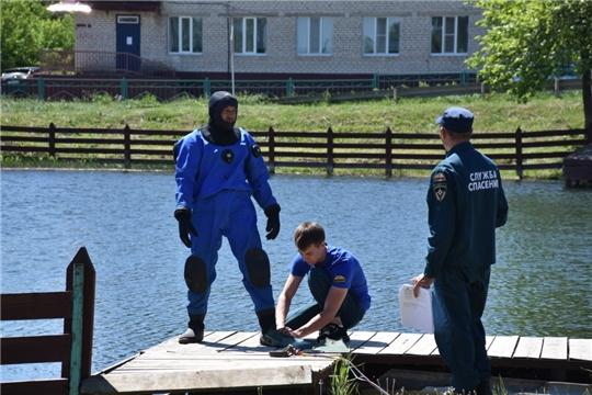 Водолазами ГКЧС Чувашии проводится очистка береговой линии и проверка дна водоемов