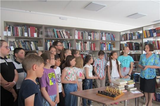 Для  воспитанников  пришкольного лагеря «Солнышко» провели экскурсию по Аликовской центральной  библиотеке