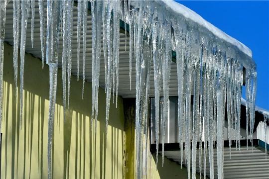 Резкие перепады температур создают условия для таких опасных погодных явлений, как гололедица, нависание снежных глыб и наледи на крышах зданий.