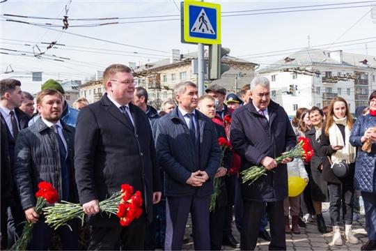 Депутаты Чебоксарского городского Собрания депутатов возложили цветы к памятникам Юрия Гагарина и Андрияна Николаева