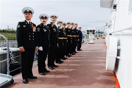 Празднование Дня Победы в Чебоксарах началось с подъема военно-морского флага и возложения цветов