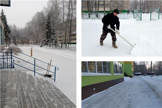 Работы по очистке территорий образовательных организаций от снега продолжаются