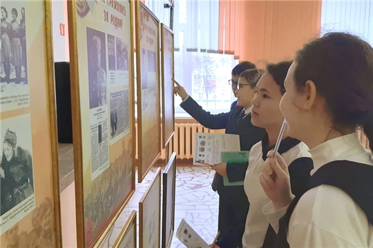 Столичные школьники знакомятся с выставкой «Поколение победителей. Чувашия в Великой Отечественной войне»