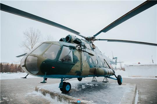 В Чебоксарах на территории школы № 22 установили вертолет Ми-8