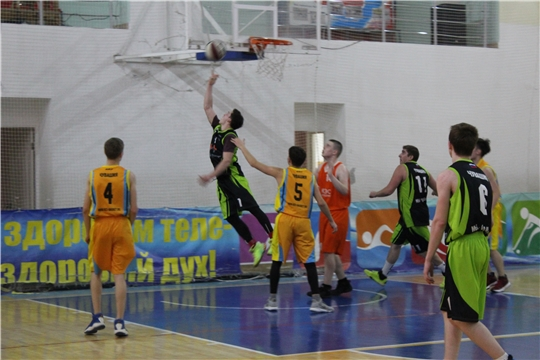 Программа определения обладателей Кубков города Канаш по баскетболу среди мужских и женских команд пересекла свой экватор