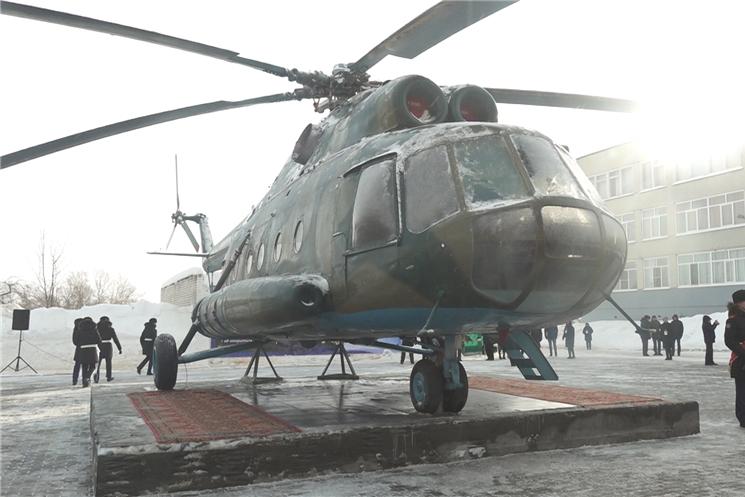 В Чебоксарах на территории школы № 22 установили вертолет Ми-8.