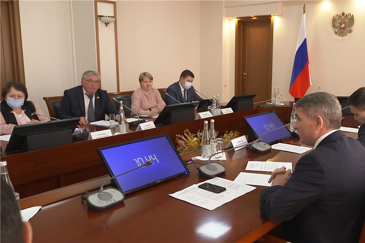 Олег Николаев встретился с представителями партий, представленными в Госсовете Чувашии.