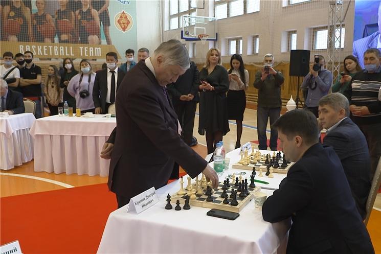 В Чувашии прошел сеанс одновременной игры с чемпионом мира по шахматам Анатолием Карповым.
