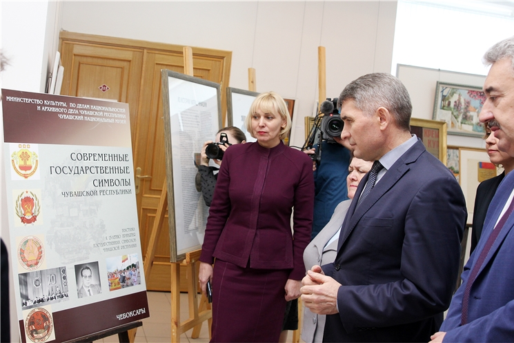 Олег Николаев посетил выставку, посвященную чувашской национальной геральдике