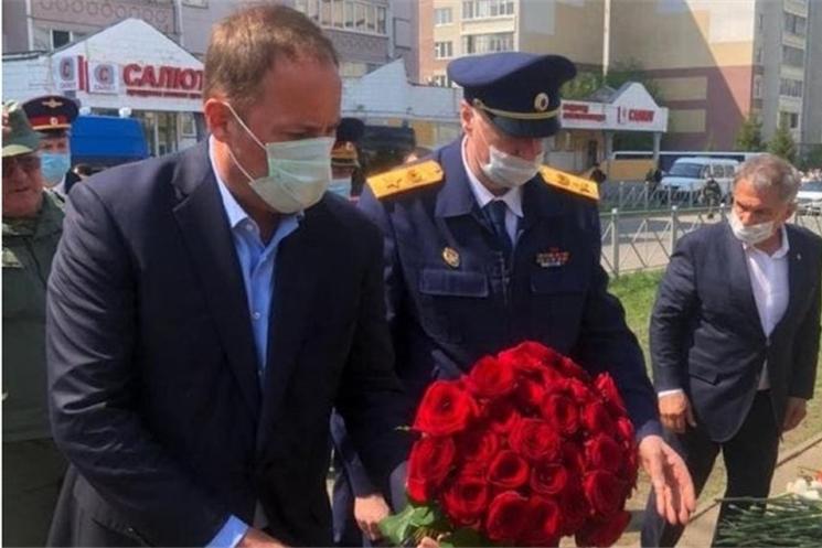 Игорь Комаров возложил цветы в память о погибших в Казани