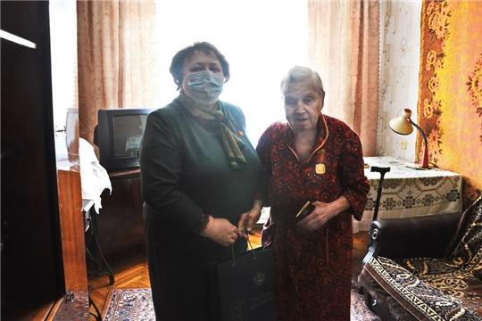Альбина Егорова вручила памятную медаль Маргарите Павловне Моряковой