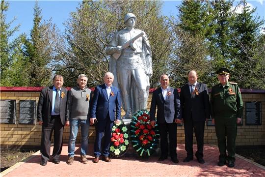 Возложение венков к памятнику павшим в Великой Отечественной войне в деревне Питеркино
