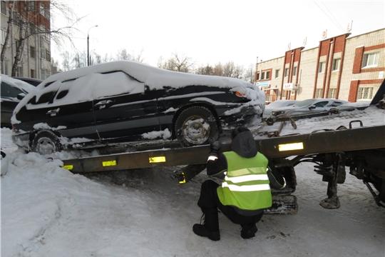 В Ленинском районе Чебоксар продолжается эвакуация брошенного транспорта, препятствующего работе снегоуборочной техники