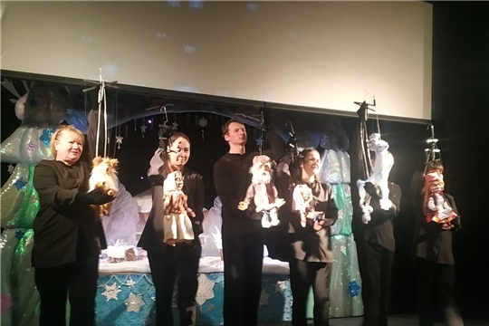 В Чувашском театре кукол члены жюри фестиваля «Узорчатый занавес» посмотрели спектакль «Серебряное копыте» П. Бажова