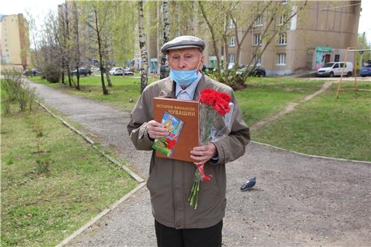 Сотрудники Минфина Чувашии поздравили с Днем Победы своего коллегу-ветеранаНиколая Желтова