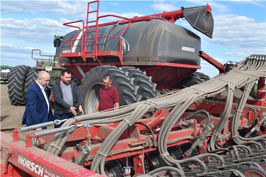 Сергей Артамонов ознакомился с ходом полевых работ в Алатырском районе