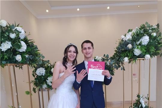 100-я пара молодоженов скрепила свой союз узами брака в отделе ЗАГС администрации Калининского района г.Чебоксары