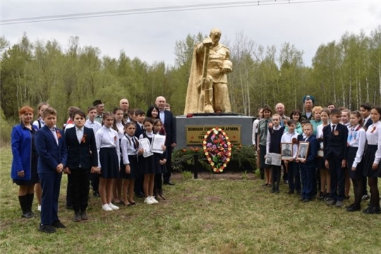 В Сятракасинском сельском поселении возложили цветы к памятникам участникам Великой отечественной войны