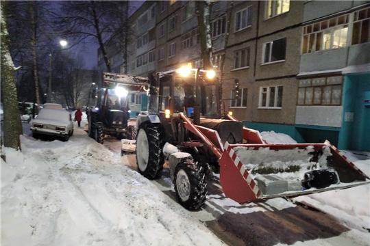 В Чебоксарах ведется работа по уборке снега, снежно-ледяных наростов