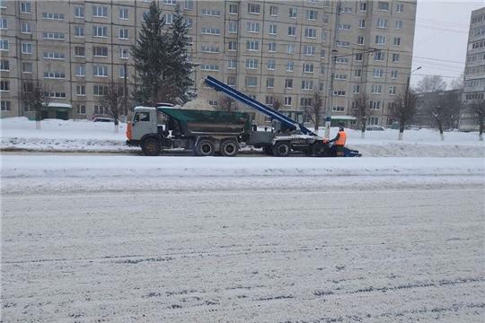 В Новочебоксарске в усиленном режиме продолжается уборка снега
