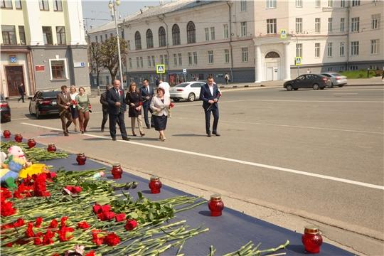 Сергей Романов возложил цветы в память о жертвах трагедии в Казани
